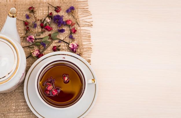 Vintage xícara de chá com botões de rosas