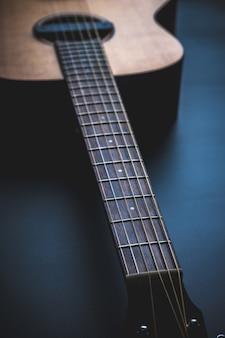 Violão, instrumento música, descansar, contra, um, parede preta escura, com, espaço cópia, close-up violão clássico madeira