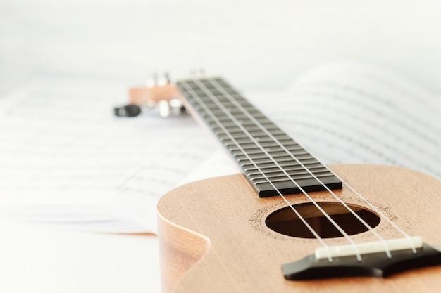 Violão ukulele marrom.