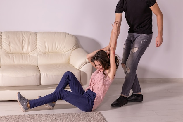 Violência doméstica, abuso e conceito de vítima - homem e mulher brigando, homem arrastando mulher indefesa pelos cabelos