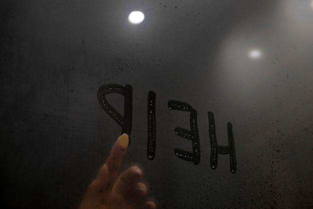 Violência doméstica. mão escreve a palavra ajuda