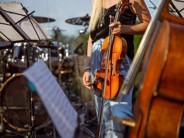 Violinista em pé na rua