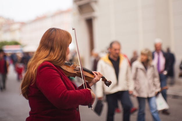Violinista feminina brincando na rua