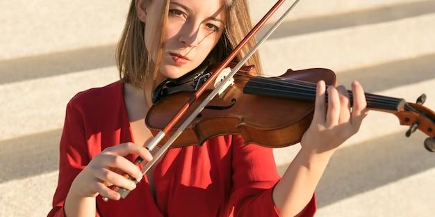 Violinista feminina tocando música no violino