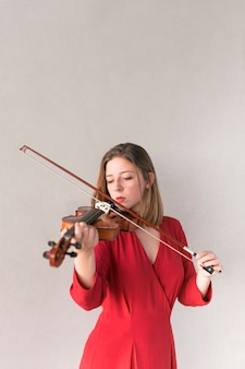 Violinista feminina tocando violino