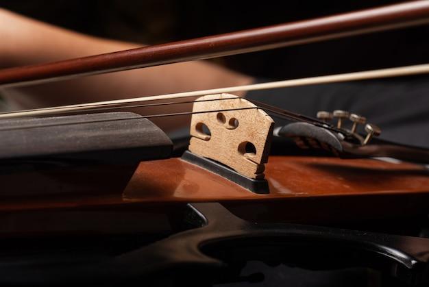 Violino, belos detalhes de um violino sendo tocado.