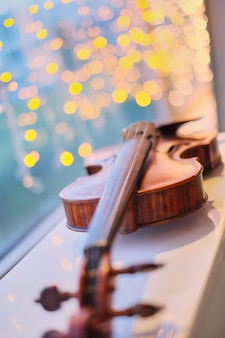 Violino com perspectiva turva luz azul bokeh de fundo