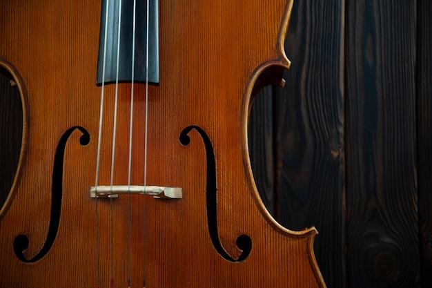 Violino de madeira com cordas de perto