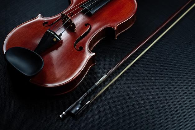 Violino de madeira no escuro