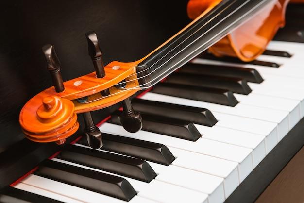 Violino e piano. música clássica. Foto Premium