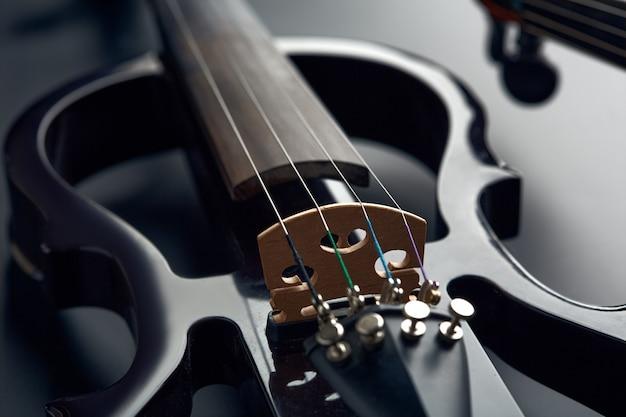 Violino elétrico moderno e arco, vista do close up, ninguém. instrumento musical de cordas clássico, electro viola