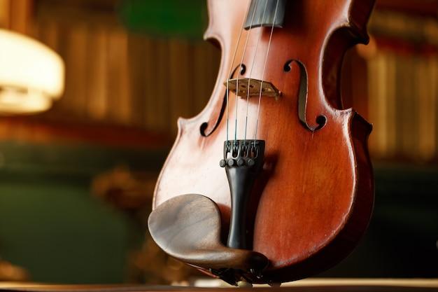 Violino em estilo retro, vista do close up, ninguém. instrumento musical de cordas clássico, arte musical, velha viola marrom