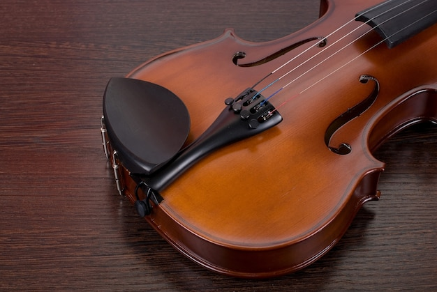 Violino em um close de madeira marrom