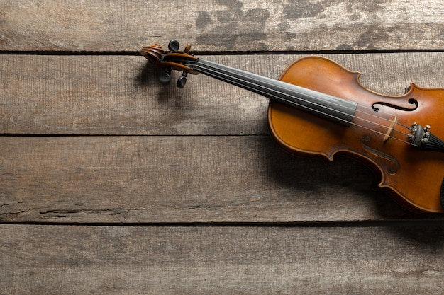 Violino em uma mesa de madeira texturizada