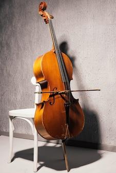 Violino na cadeira da escola ou sala de prática