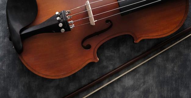 Violino na mesa de cimento