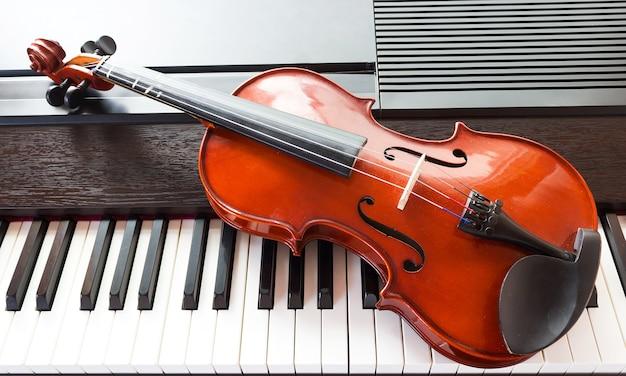 Violino na tecla do piano