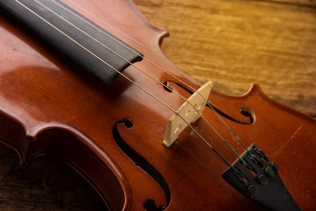 Violino no estilo vintage em fundo de madeira