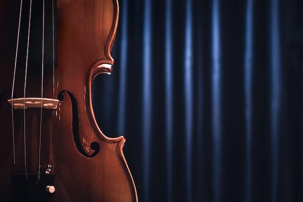 Violino ou violoncelo e cortina de palco Foto Premium