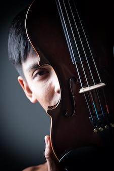 Violino segurando por mãos humanas
