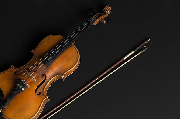 Violino velho em um preto