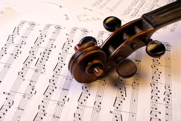 Violino velho nas notas musicais