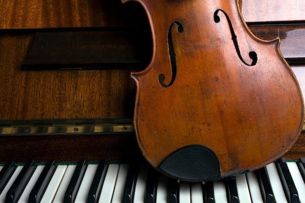 Violino velho no piano