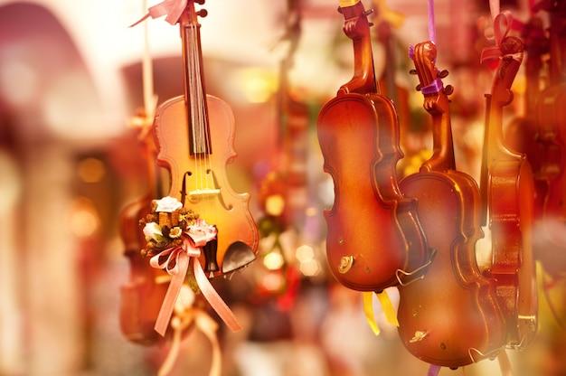 Violinos de brinquedo na loja de souvenirs de rua