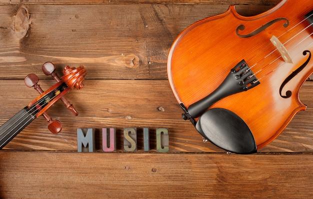 Violinos em madeira e música de palavras em tipografia