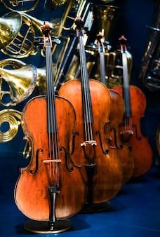 Violinos. instrumentos musicais do violino na exposição.