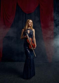 Violonista feminina detém arco e violino em estilo retro. mulher com instrumento musical de cordas, arte musical, músico tocando viola