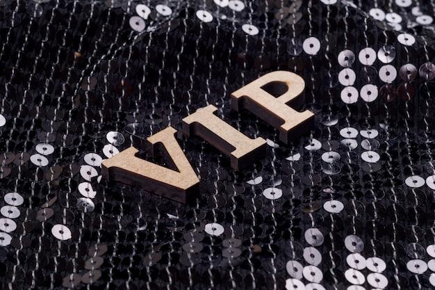 Vip é escrito em letras abstratas.