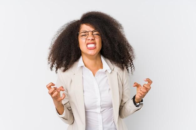 Virada afro-americano nova da mulher de negócio que grita com mãos tensas.