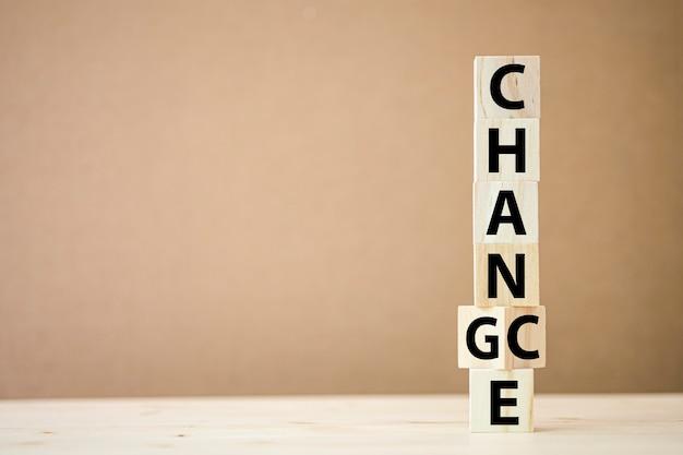 Virando cubos de madeira para alterar a redação entre chance e mudança