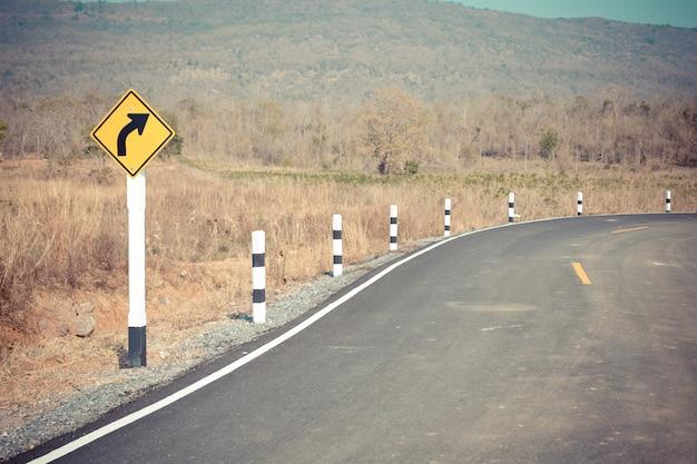 Vire à direita, sinal de trânsito na estrada