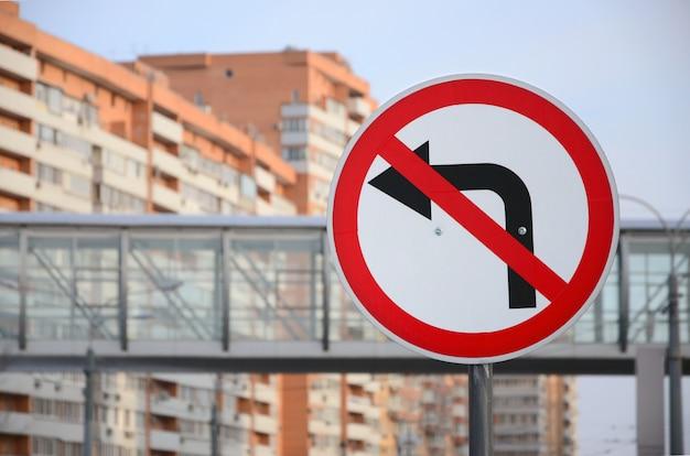Vire à esquerda é proibido. sinal tráfego, com, cruzado, seta, à esquerda
