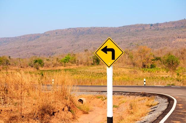 Vire à esquerda, sinal de trânsito na estrada
