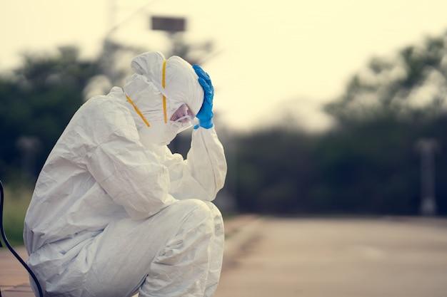 Virologista, usando epi. ela está se sentindo desesperada e cansada.
