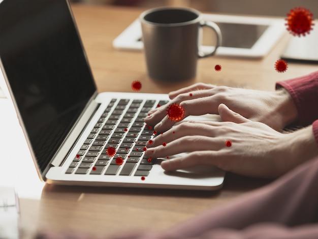 Vírus no seu gadget usando diariamente - conceito de propagação de vírus, ilustração do modelo 3d. caminho perigoso de epidemia. smartphone, laptop, teclado, tablet não desinfetado. mãos na superfície infectada.