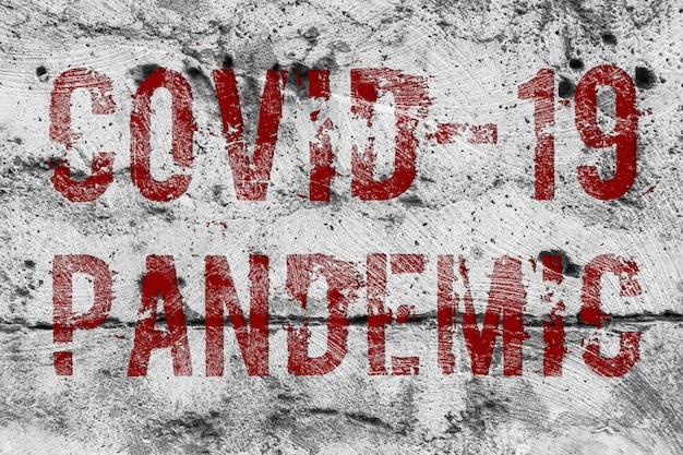 Vírus pandêmico marcado com ocvid-19 em parede de concreto.