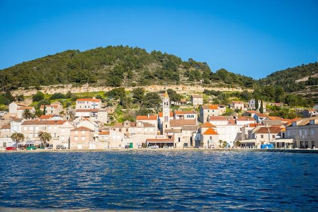 Vis, croácia - 31.03.2021: vista da água da cidade mediterrânea vis sem turistas. destino yachtind, ilha vis na croácia