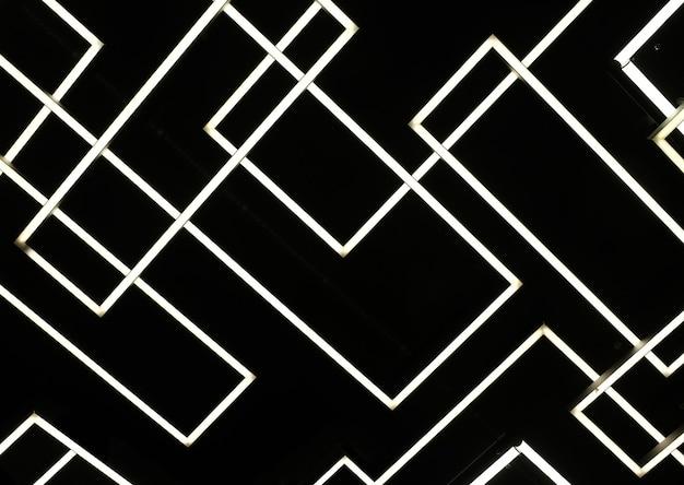 Visão abstrata de muitos tubos de iluminação cruzados como pano de fundo na visão horizontal de fundo preto