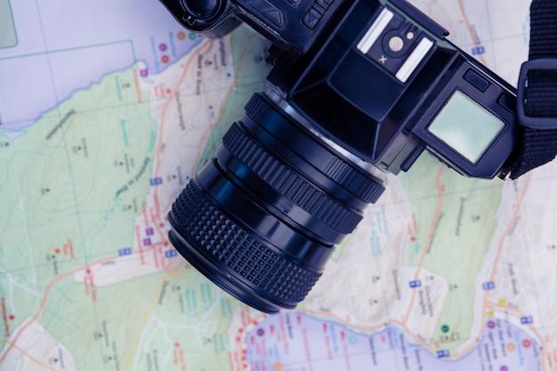 Visão aérea da câmera e mapa na mesa