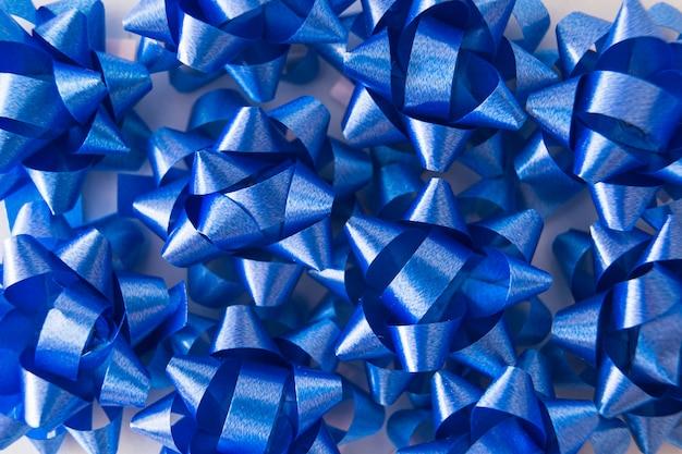 Visão aérea da decoração de fita de cetim azul