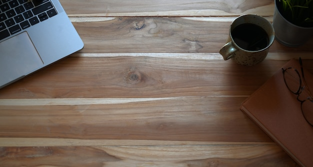 Visão aérea da mesa rústica branca com laptop e copyspace