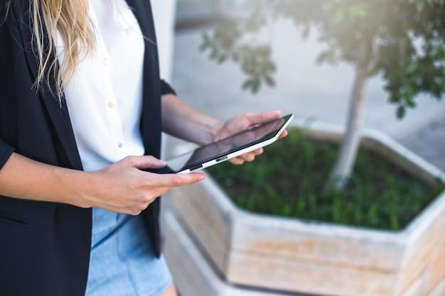 Visão aérea da mulher segurando o tablet digital