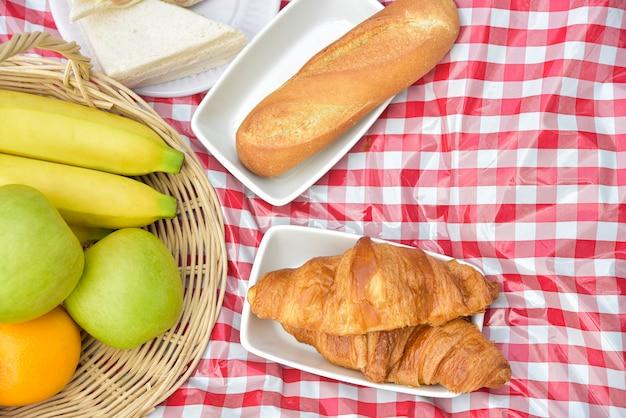 Visão aérea da refeição de piquenique, frutas e sanduíche com espaço de cópia