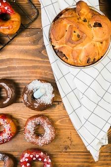 Visão aérea da sobremesa saborosa e donut de chocolate na mesa de madeira