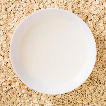 Visão aérea da tigela de leite sobre a aveia