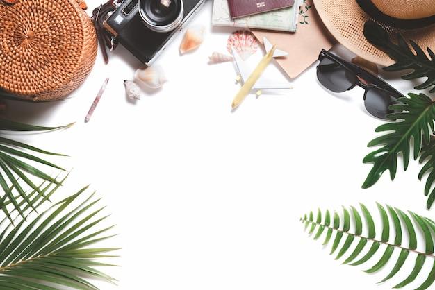 Visão aérea de acessórios do viajante, câmera vintage com chapéu e folha